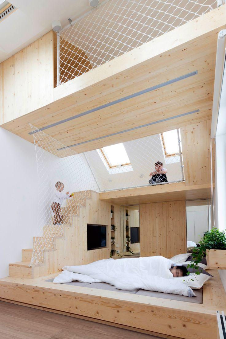 Ficar perto das crianças enquanto tira um cochilo ficou mais fácil com a ideia de Ruetemple; o designer criou um playground embutido com o quarto dos pais.