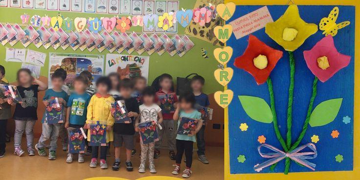 8 maggio 2015 le mamme a scuola per la loro festa. I bambini donano loro un regalo.