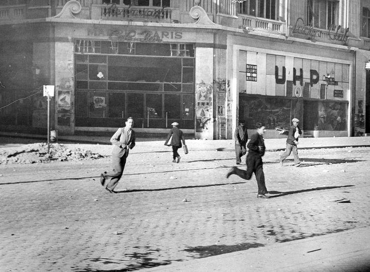 Los peatones cruzan apresudaramente la Gran Vía frente al edificio Madrid-París donde se encontraban los almacenes SEPU y hoy se ubican los populares almacenes Primark. (Foto AGA).