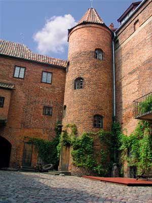 Zamek krzyżacki w Kętrzynie został wybudowano pomiędzy rokiem 1360 a 1374 w pobliżu wcześniejszej drewnianej strażnicy. Przeznaczono go na siedzibę prokuratora krzyżackiego.  Obecnie wewnątrz zamku mieści się Biblioteka Miejska oraz Muzeum Regionalne im. Wojciecha Kętrzyńskiego, a w piwnicach skrzydła północnego ma siedzibę bractwo rycerskie.