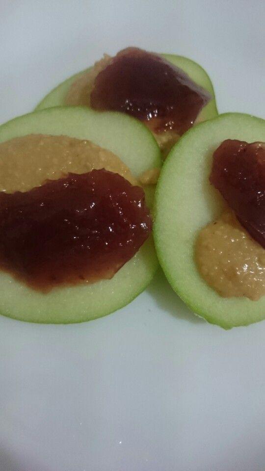 Maça verde, pasta de amendoim e geléia de morango diet!