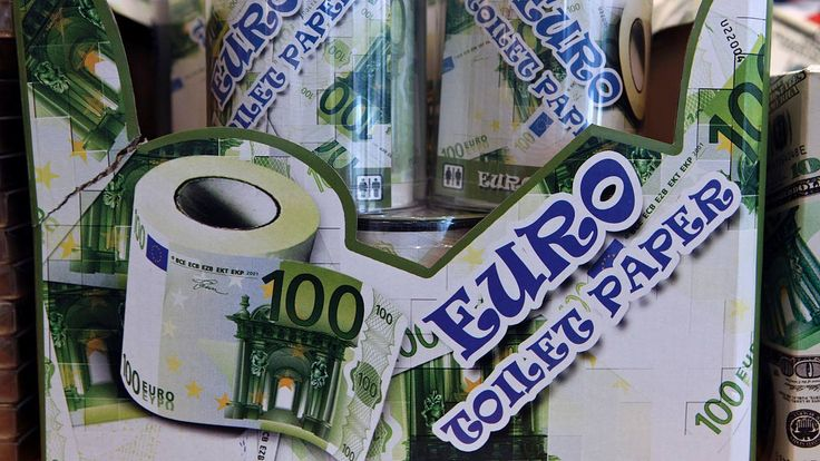 Toilettenpapier im Stil von 100-Euro-Banknoten in einem Souvenir-Shop in Frankfurt - Keine Angst vorm Währungs-Tief: Gegen die schleichende Enteignung: So machen Sie Kasse mit dem schwachen Euro http://www.focus.de/finanzen/boerse/kursverfall-des-euro-schleichende-enteignung-so-verdienen-sie-am-schwachen-euro_id_4420871.html