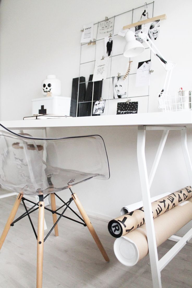Blanco, madera, negro y transparencia, aligera un espacio tan acotado ;)