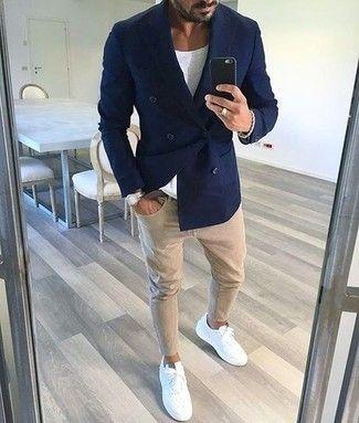 Темно-синий двубортный пиджак в паре с бежевыми зауженными джинсами отлично подойдет для рабочего дня в офисе. Если ты не боишься экспериментировать, на ноги можоно надеть белые кожаные низкие кеды.