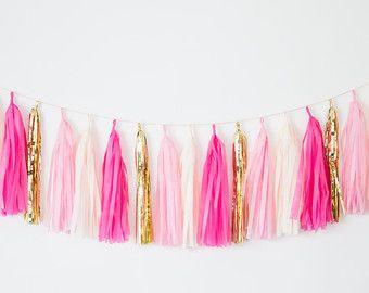 Onze herfst thema oranje, ivoor en goud kwast slinger banner zal toevoegen de perfecte hoeveelheid glitz en glam voor uw evenementen!  We zien deze kwast garland banner op zoek groot voor het verfraaien van uw zondeval thema bruiloft gebeurtenis vakantie thanksgiving decor, verjaardagsfeestje, bachelorette partij, vallen baby douches, of worden gebruikt in alledaagse home decor! Wij houden voor het decoreren van elk feest of evenement met een handgemaakte papieren zakdoekje kwast slinger om…