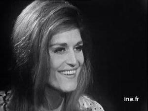 1964 Interviewée pas Denise GLASER, DALIDA évoque ses premières vacances depuis huit ans qu'elle a passé à Tokyo pendant les jeux Olympiques. Par ce biais, elle évoque son attachement à la France. Puis elle aborde la performance de sa dernière tournée en donnant des chiffres impressionnants sur le nombre de kilomètres parcourus et le nombre de chansons interprétées. Elle parle enfin de son goût pour la scène et de son envie de jouer la comédie au théâtre ou dans une fiction télévisée.