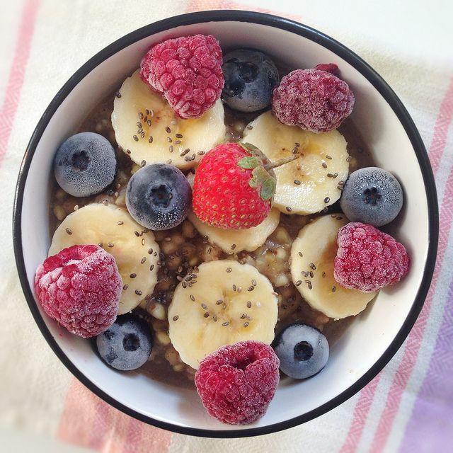 Food: Warmes veganes Frühstück  Für 2 Personen:  - 1 Tasse Buchweizen  - 1 Tasse Mandelmilch   - 1 Tasse Wasser  - 2 Reife Bananen   - 1 TL Honig oder Ahornsirup  - 2 TL Zimt  Deko:  - Chia Samen  - gefrorene Beeren