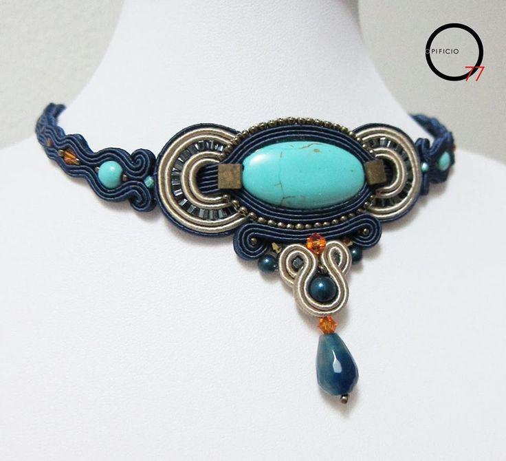 Girocollo soutache blu notte e beige con medaglione in pasta i turchese, perle e cristalli Swarovski, goccia in pietra dura. Design Giada Zampar, Opificio77.