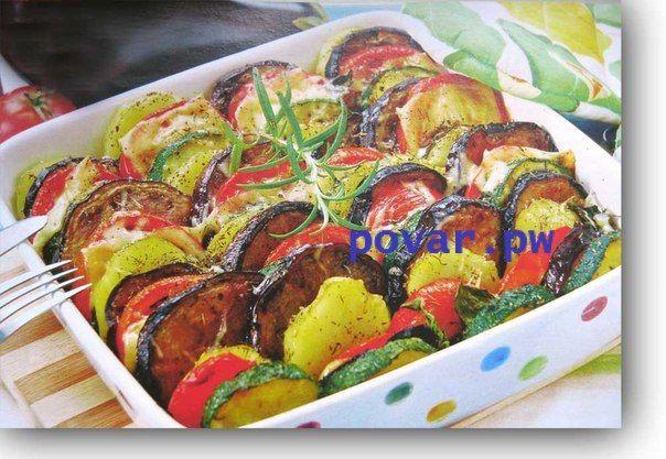 Овощная запеканка с баклажанами и кабачками  На 12 порций: 500 г цукини или кабачков, 500 г баклажанов,   500 г помидоров,  500 г картофеля.  Для соуса: 350 г перцев болгарских,  350 г помидоров,  200 г лука репчатого, 2 -3 веточки тимьяна,  масло растительное,  соль.   Для заправки:  5 ст. л. растительного масла,  2 -3 зубчика чеснока,  зелень,  уксус бальзамический, перец черный молотый, соль.  1. Чтобы приготовить овощную запеканку, для соуса перцы запекайте в разогретой до 180* духовке…
