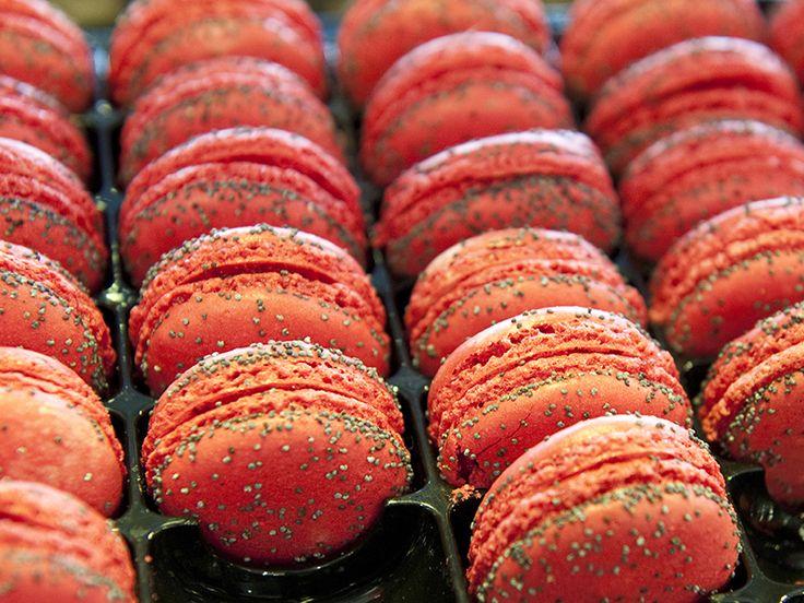 Vi har kastet vores kærlighed på den lille kage med det sprøde ydre og det bløde indre. Vores version af den franske klassiker bygger på macarons af sprøde, mørke mandelmættede makronskaller og et gavmildt fyld af mørk chokoladeganache lavet på Valrhonas Caraïbe 66 pct. Når kagerne er lagt...