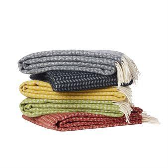 Het leuke Leaf wollen kleed van Klippan Yllefabrik is een verwarmend kleed van merino- en lamswol van de hoogste kwaliteit! Het kleed is ontworpen door Cecilia Bonde en heeft een bladerpatroon, dat het erg retro aan laat voelen! Het wordt een stijlvolle aanvulling op uw bank en is zeer geschikt om uzelf in te wikkelen op frisse avonden! Kies uit verschillende kleuren.