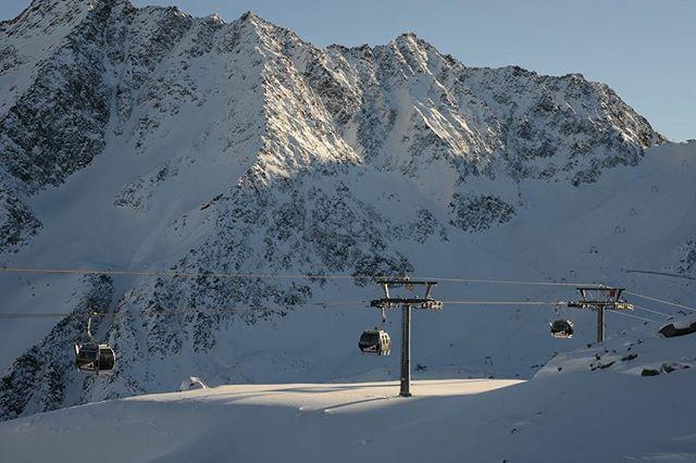 Solche Tage sollten nie Enden . . . . . #visittirol #snowcardtirol #soelden #sölden #skifahren #snowboarden #skiurlaub #direktanderskipiste #skiinskiout #gletscher #skigebiet #berge #sonnenuntergang #gondelbahn #rettenbachgletscher
