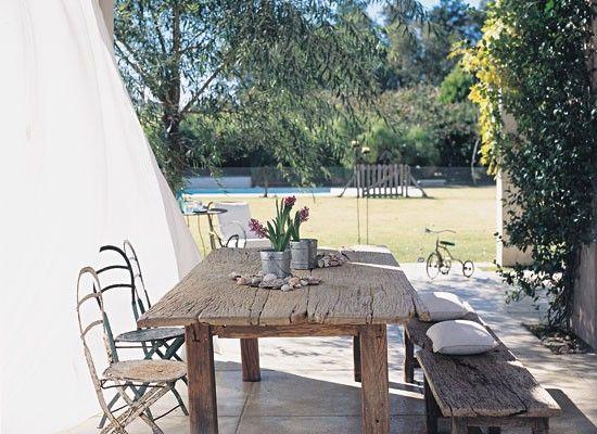 Para hacer la mesa, se usaron curtidos listones de lapacho en sintonía con los bancos hechos a medida. Un excelente ambiente para disfrutar del aire libre.