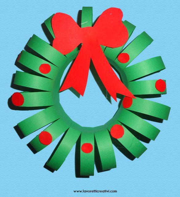 Ghirlanda da realizzare per il periodo di Natale. La decorazione legata con un filo di nylon può essere appesa alla porta di scuola o di casa. GHIRLANDA DI