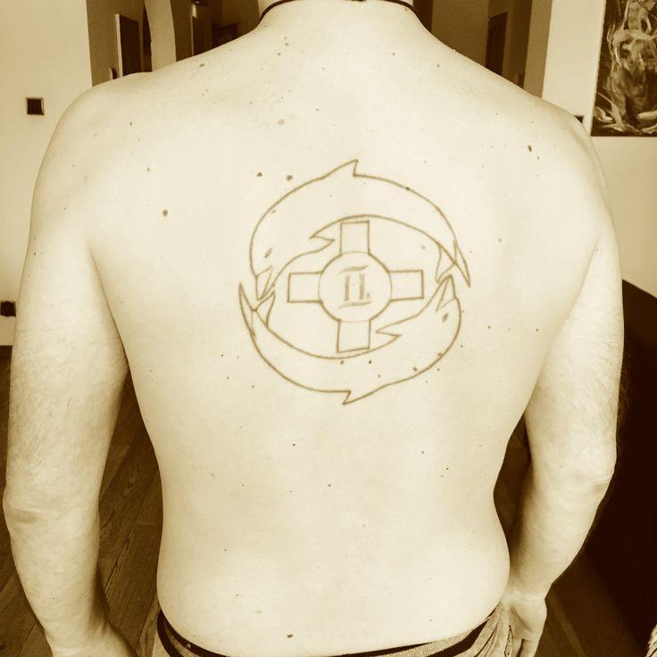 Mój tatuaż (na wysokości Serca) - dwa delfiny - zapętlenie w nieskończoności i nieśmiertelności, krzyż równoramienny - znak Słońca i w środku Bliźniak (mój znak zodiaku w tej inkarnacji). Prawdziwy Facet: https://youtu.be/xu1mKfl5Zyc