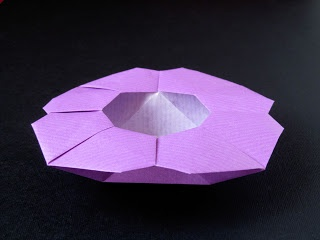 Scatola a fiore - Flower Box From one uncut square. Designed and folded by Francesco Guarnieri, March 2008. Diagrams: published on Quadrato Magico 95 (CDO, estate / autunno 2009) http://guarnieri-origami.blogspot.it/2013/04/scatola-fiore.html