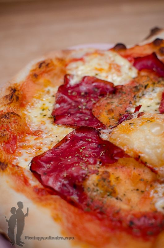 Pizza à la raclette et à la viande des grisons | Piratage Culinaire