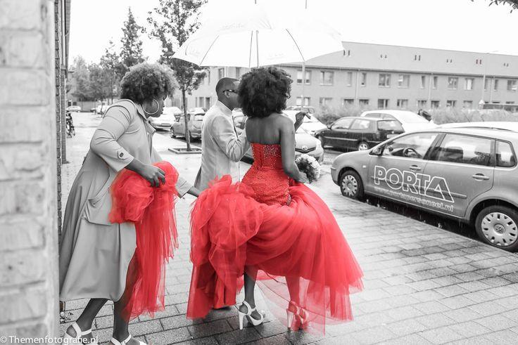 Bruid haalt bruidegom op met rode trouwjurk