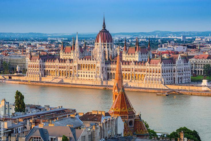 Week-end Budapest Hongrie. De sa tumultueuse histoire plus que millénaire, Budapest a hérité d'un patrimoine hétéroclite, mais néanmoins somptueux, qui en fait un conservatoire exceptionnel de l'architecture d'Europe centrale. Loin d'être figée dans le passé, la «Perle du Danube», est aussi une métropole dynamique à la vie nocturne réputée. Mieux encore, la capitale hongroise compte parmi les villes les plus tendances du Vieux Continent, avec ses fameux «ruin pubs» et ses boîtes bran...