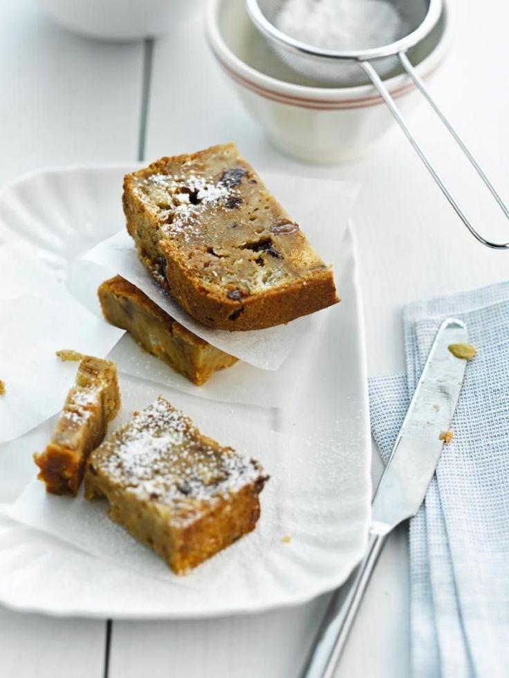 Bereiden: Breek het brood en de resten van koffiekoeken, cake en/of speculoos in kleine stukken. Warm de melk lichtjes op, haal van het vuur en laat het brood en het oud gebak 30 minuten weken in de melk. Voeg de suiker, het losgeklopte ei en de rozijnen toe en roer stevig door elkaar. Bestrijk een broodvorm met boter en strooi er het paneermeel in. Vul met het deeg. Bak 1 uur in een oven van 180 °C. Stort de broodpudding op een taartenrek en laat onder een handdoek afkoelen. Snij er pla...