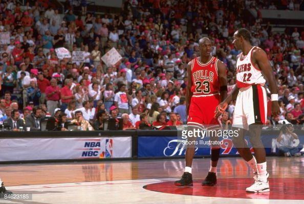 Fotografia de notícias : Chicago Bulls Michael Jordan and Portland Trail...