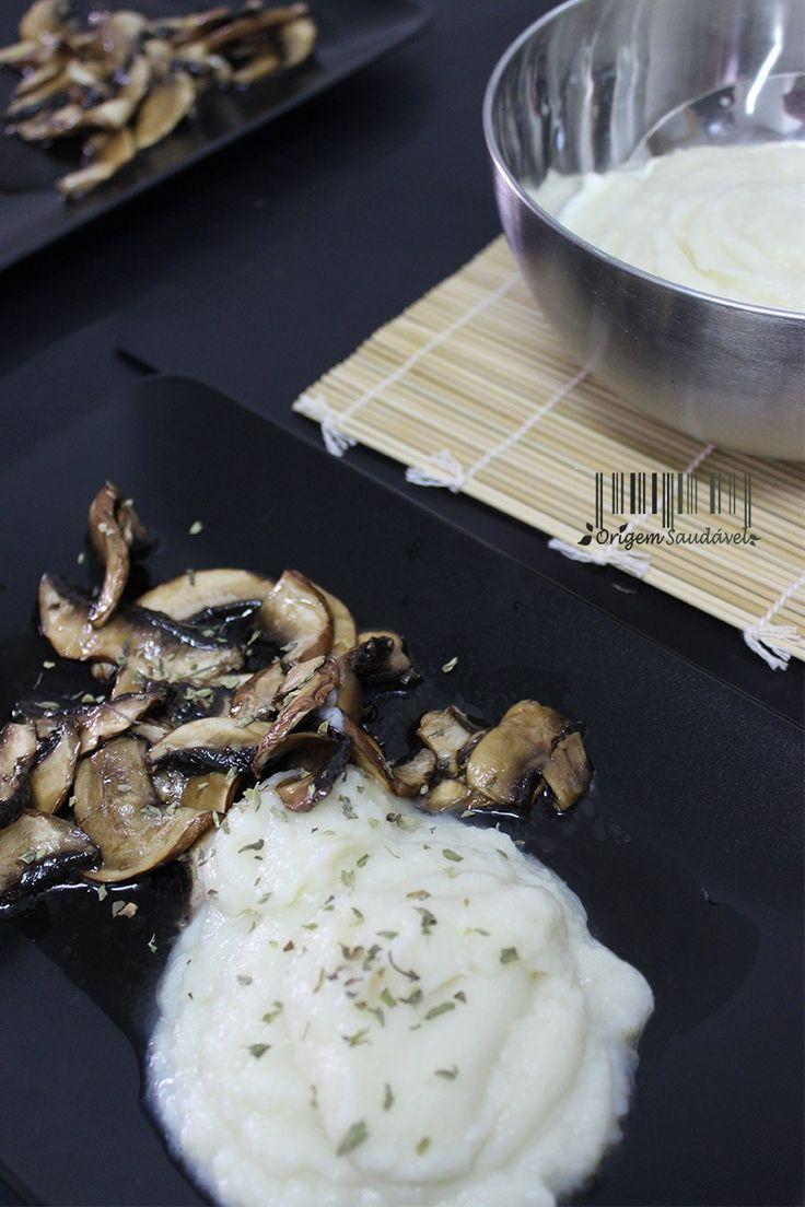 #cogumelos #marinados com #puré de #couve-flor. Uma simples combinação destes dois alimentos traz as novas descobertas de sabores no mundo da gastronomia. #vegan