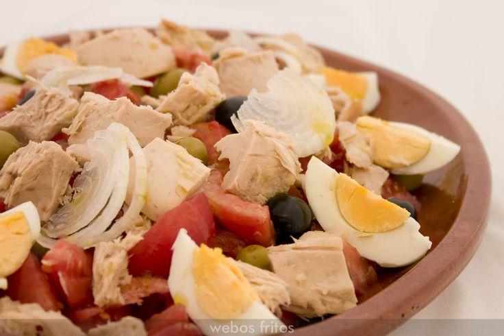 Ensalada de tomates, atún y huevo duro.