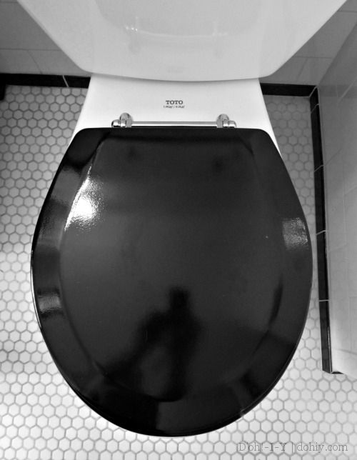 How to replace a toilet seat without tabbed hinges (and about loving black toilet seats in vintage bathrooms!)