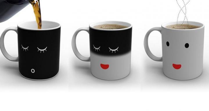 Cuando la taza está fría, ésta muestra un rostro blanco dormido sobre una taza de fondo negro. Pero conforme le vertamos la leche, el café o el té caliente, la taza se irá despertando y cambiará el fondo de la taza, que será blanco, y su gesto también ¡Ahora la taza estará sonriente!