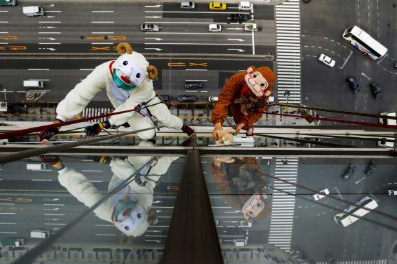 Lavavetri festeggiano la fine dell'anno con i costumi di pecora e scimmia, i segni zodiacali del 2015 e del 2016