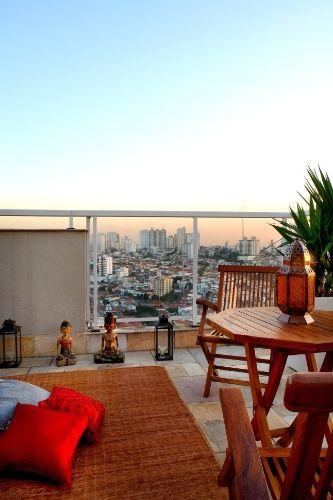 Cristiane Schiavoni propõe para a cobertura de um apartamento em São Paulo um espaço para relaxar, meditar, ler e curtir o pôr-do-sol. No ambiente, a arquiteta empregou mesa e cadeiras de madeira, lanternas e esculturas budistas. Sobre o tapete de fibras naturais, almofadas proporcionam conforto