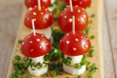 Funghetti di pomodorini e mozzarella, un antipasto coloratissimo e originale