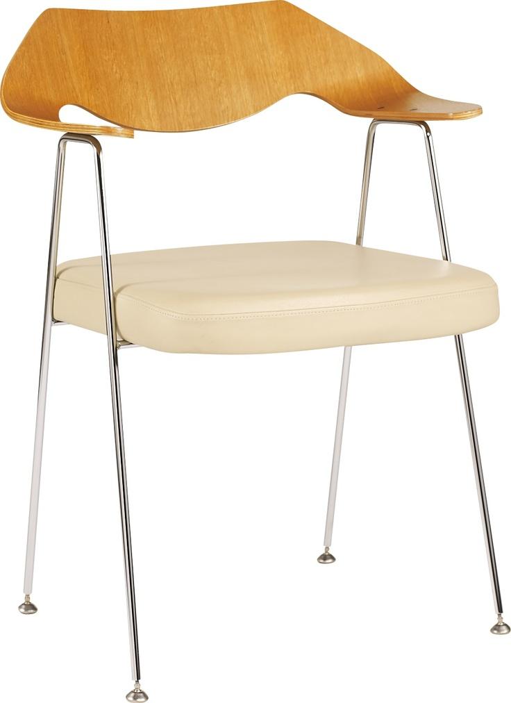 Robin Day spisestol i eik og skinn. Dimensjoner: L64 x H77 x D56 setehøyde: 44cm. Kr. 2535,-