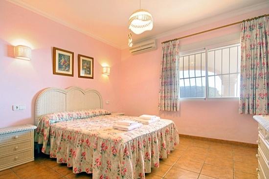 La planta principal de la #Villa en #Javea nos ofrece 3 #dormitorios con aire acondicionado, un  cuarto de baño grande con bañera de esquina y aseo, un cuarto de ducha con lavabo, lavadora y trastero y una amplia terraza amueblada y cubierta con fenomenales #VistasAlMar.   Más villas en: http://www.villasguzman.com/esp/
