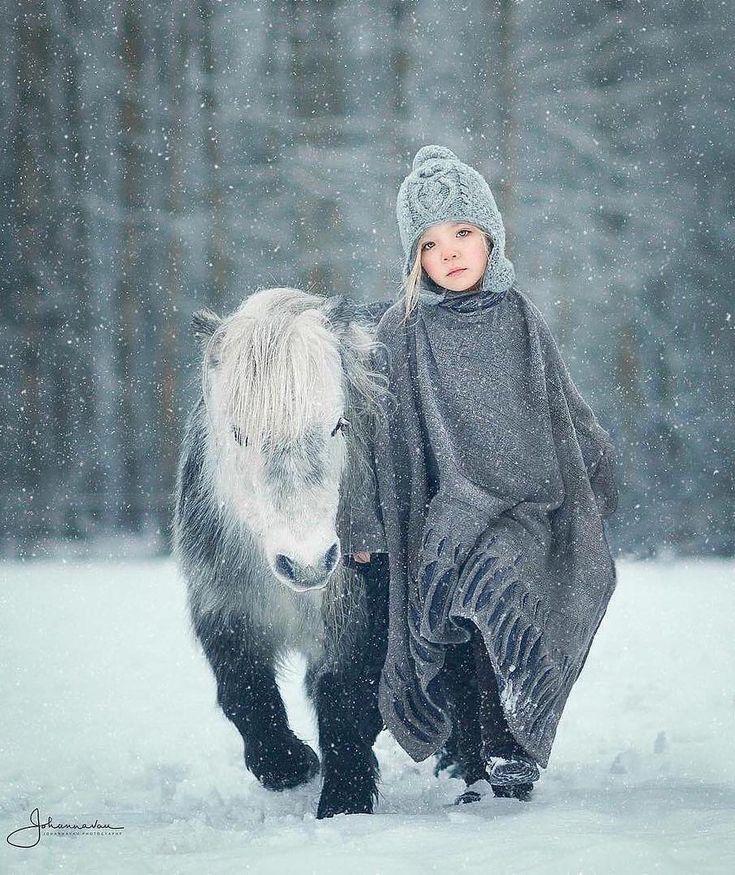 Catwalk or ponywalk |  Photo by @johannavauphotography  Follow @globaltravelgram   #nature #horse #bestfriend #snow #girls
