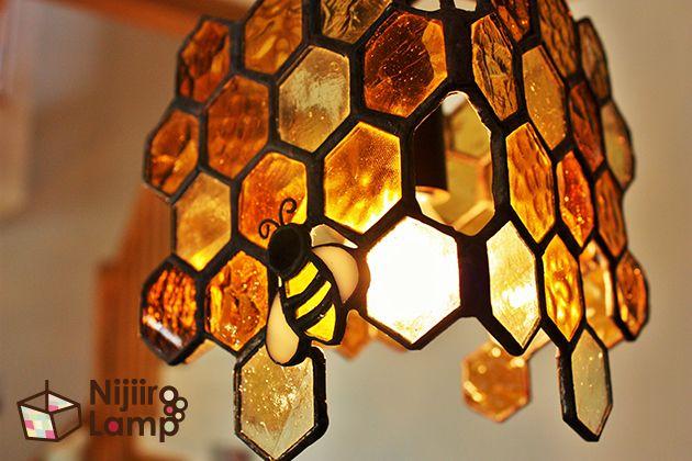 ステンドグラスのペンダントランプみつばちアンバーです。茶系のガラスを集めた蜂の巣のステンドグラスランプです。子どもが指をさして笑いがこぼれる可愛いインテリア照明です。