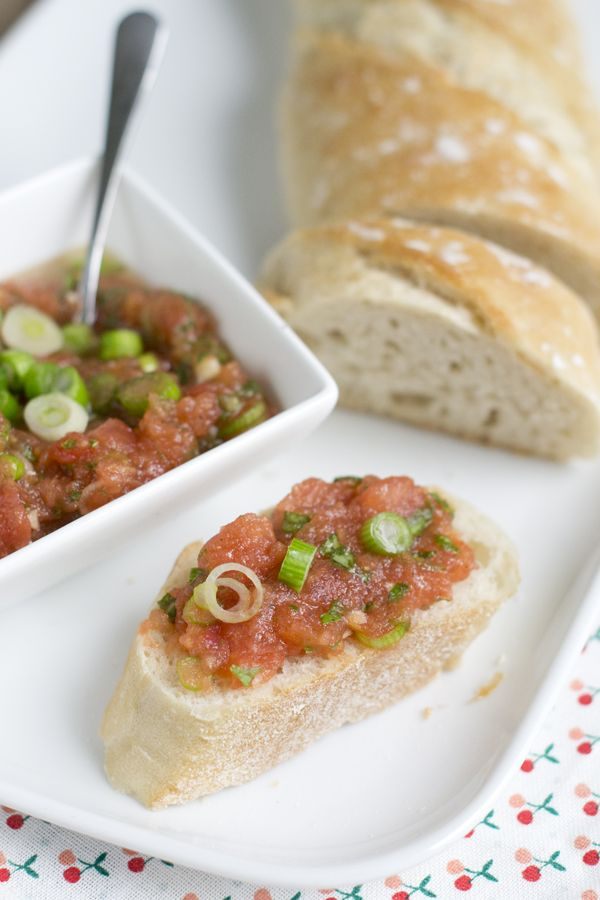 Bruschetta tomatenspread, lekker zomers smeerseltje | via BrendaKookt.nl