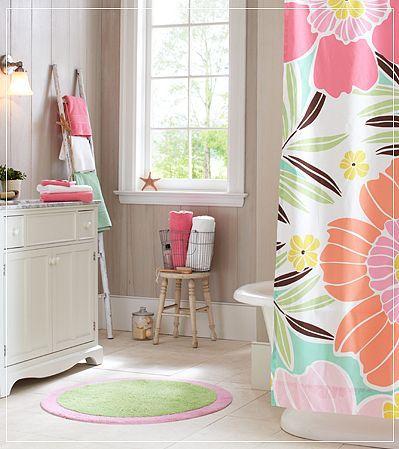 siempre me fascinan las cortinas de baño en Pottery Barn! I wish I had!! -Inspiration for girls' bathroom. #interiors