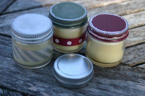 Baume pours les lèvres: ■ 4 cuillères à soupe de cire d'abeille naturelle, râpé ■ 2 c. à soupe l'huile de noix de coco ■ l'huile essentielle 5-10 gouttes de choix ■ 1/2 c. à soupe miel (citron,orange)ou de glycérine