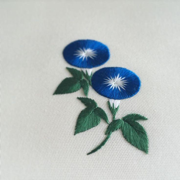 日本刺繍で刺した朝顔。 きりりと、爽やかな配色にしました。 「ちいさな日本刺繍」に掲載した作品の中でも特に気に入っているもののひとつ。 ・ ・ ・