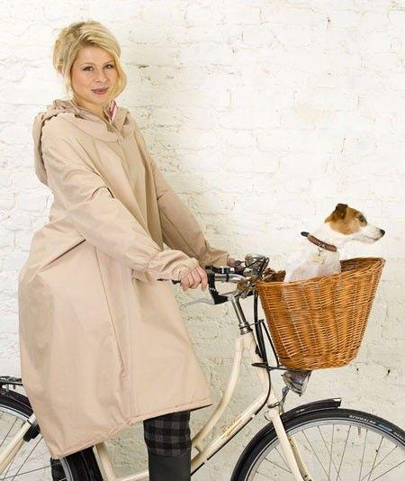 Deze prachtige regencape is uit de eerste collectie 'regencouture' van Madame de Pé. De collectie combineert stijl met functie zodat vrouwen kunnen fietsen, ongeacht het weer. Het vrouwelijke ontwerp is gecombineerd met functionele details die ervoor zorgt dat je als fietser droog blijft. Verkrijgbaar voor € 149,95 bij Hipinderegen.nl. / Fashionable rain cape