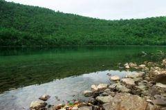 北海道登別市カルルス町にある橘湖  透明度の高さが特徴のカルデラ湖で日本で唯一の個人が所有している湖でもあります フライ専用のスポーツフィッシングに使用されておりニジマスや鯉などが棲息しています 中には1メートルを超えるような大物もいます なお釣った魚はリリースする決まりになっています 貸しカヌーの利用も可能  湖の周辺にはハルニレやミズナラなどの広葉樹林が広がっており野鳥も多く見られます  tags[北海道]