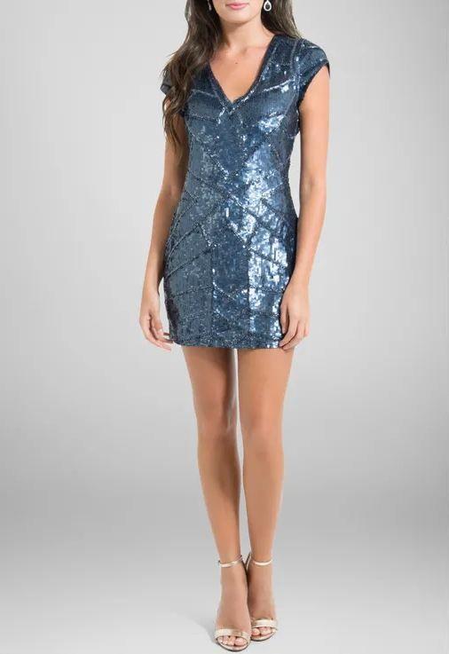db5ddffd02 Vestido curto de manga curta todo bordado com paetês foscos azul marinho.  Possui decote V