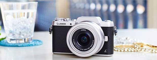 Buone notizie per gli amanti dei selfie: è stata presentata la nuova Panasonic Lumix GF7, una fotocamera mirrorless con display orientabile per i selfie.