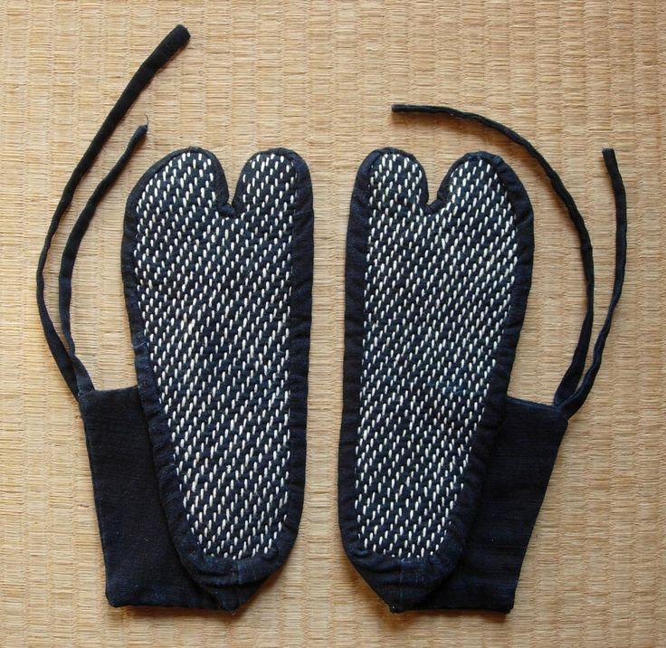 Calcetines tabi con puntadas sashiko, vintage tela de algodón teñido de índigo japonés de FabricLife en Etsy https://www.etsy.com/es/listing/253261700/calcetines-tabi-con-puntadas-sashiko