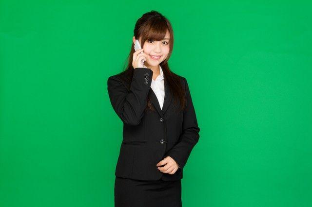 電話に出る女性秘書(グリーンバック)