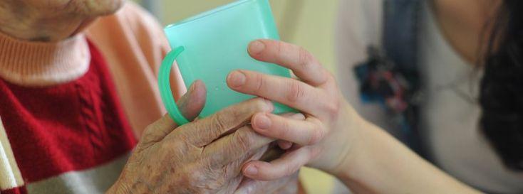 Hilfe beim Trinken: Wer einen Angehörigen pflegt, übernimmt auch viel Verantwortung