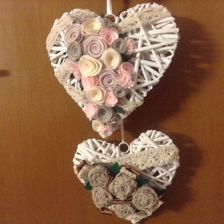 cuori di legno con fioru : Cuori di legno decorati con fiori in feltro fatti a mano