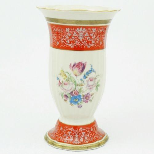 Rosenthal Chippendale, wazon z lat 1943-1948.  Porcelana ecru, złocona, dekorowana bukietem kwiatowym z tulpanem.     Wysokość - 25,3 cm,  średnica wylewu - 15 cm.