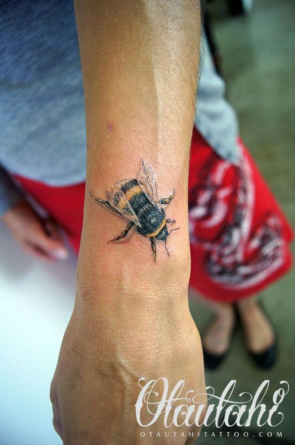 Love This Bee Tattoo By Otautahi Facebook